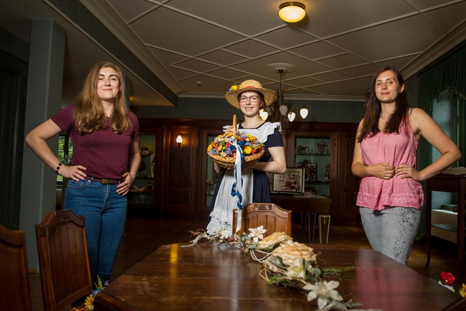 Emma Wenzel (links) und Jasmin Richter (rechts) wollten die Daniela Ringel (Mitte) als Sebnitzer Blumenmädchen beerben.