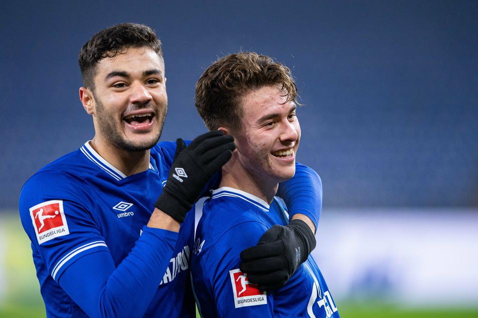 Schalkes Dreifach-Torschütze Matthew Hoppe (r.) bejubelt sein Tor zum 3:0 mit Ozan Kabak.