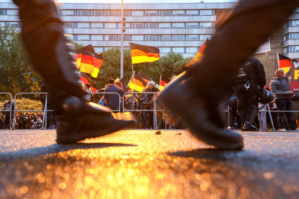 Polizisten sichern im September 2018 eine Demo der rechtspopulistischen Bewegung Pro Chemnitz ab. Ende August war es in Chemnitz zu schweren Ausschreitungen gekommen.