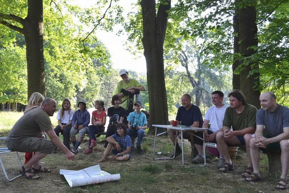 Naturschutztreffen noch ohne Sicherheitsabstand und Maske: Organisations-Chef Thomas Kramp (l.) mit Teilnehmern der 47. Feldstation, die vor genau zehn Jahren in Tiefenau stattfand.