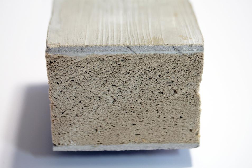 Die Deckschicht dieses Sandwichelements besteht aus einer dünnen Schicht Textilbeton - ausgereift ist dieser Baustoff mit Flachsanteil aber noch nicht.