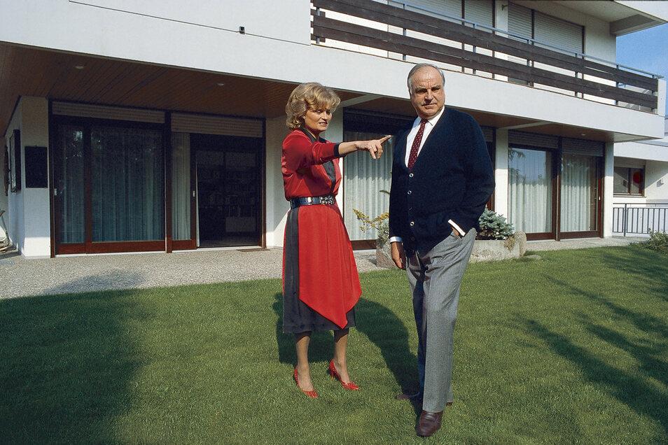 Da lang: Hannelore und Helmut Kohl im Garten.