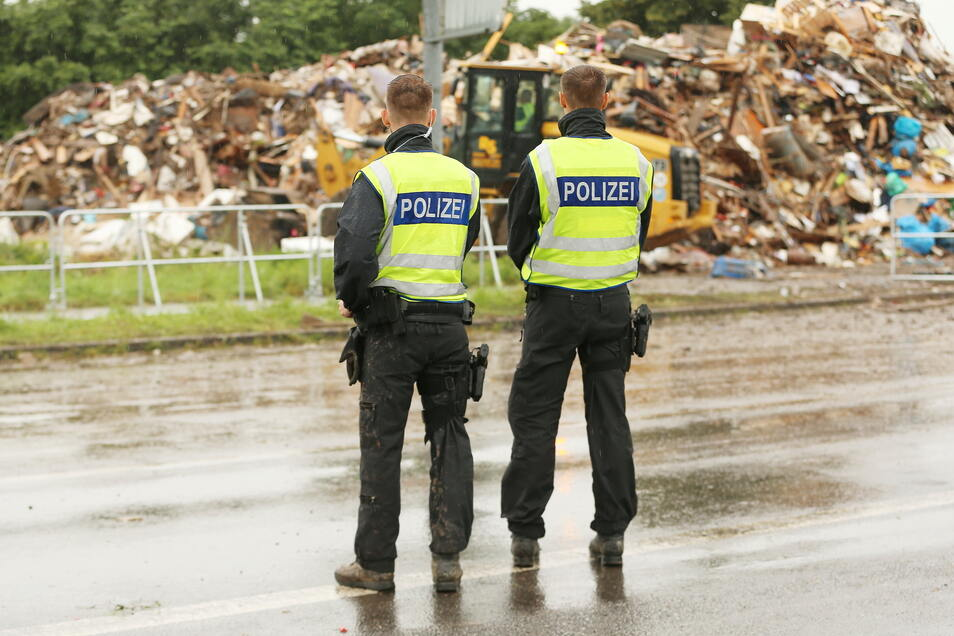 Polizisten erleben im Katastrophengebiet zunehmend Wut und Versorgungsprobleme.