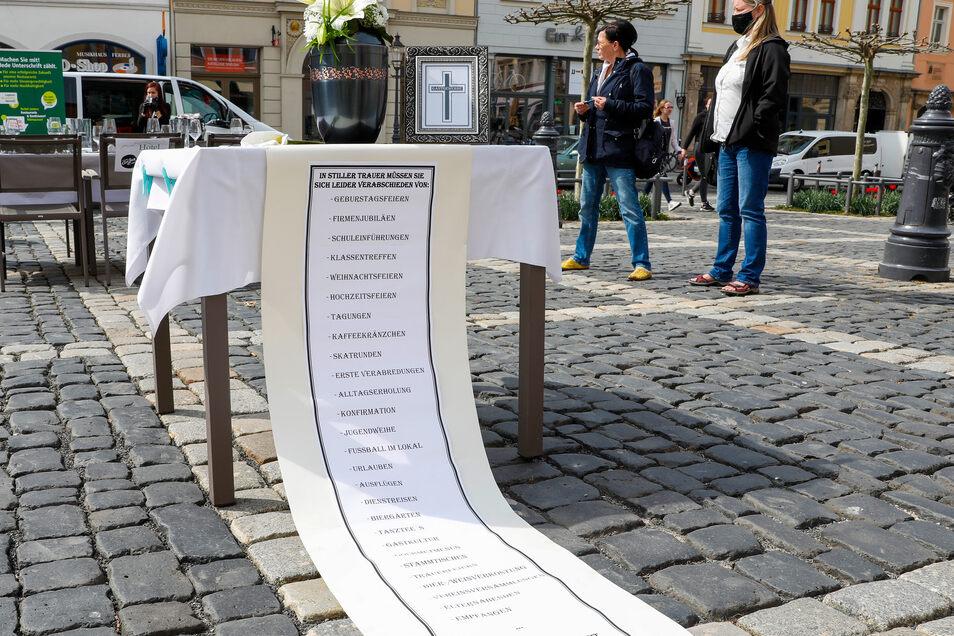 Mit dieser Trauer-Installation machen die Wirte und Hoteliers darauf aufmerksam, welche Veranstaltungen sie gerade nicht durchführen können.