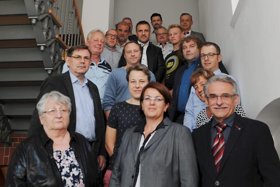 Vor Beginn der konstituierenden Sitzung stellten sich die neuen Stadträte von Weißwasser in der Stadtbibliothek zum Gruppenfoto.
