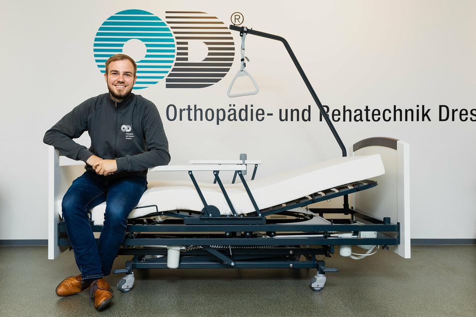 Der Dresdner Medizinprodukteberater Ron Bänsch präsentiert ein Pflegebett mit Haltegriffen und Bettgalgen. Das Kopf-, Knie- und Fußteil sind verstellbar.