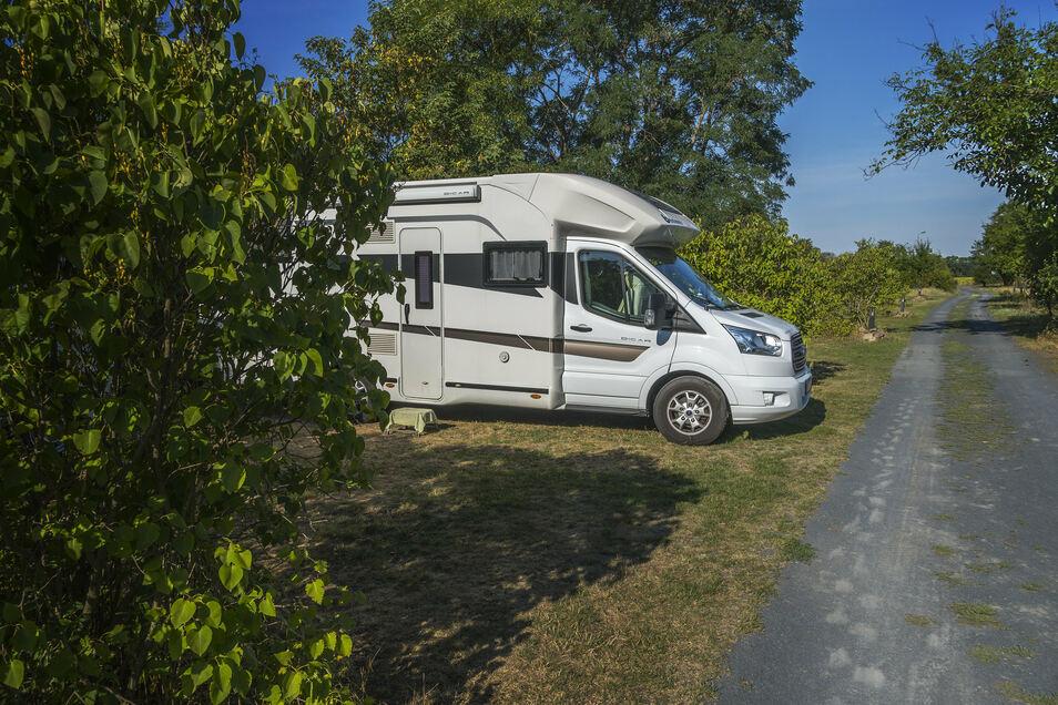 Ein Dutzend Wohnmobil-Stellplätze gibt es auf dem Campingplatz. Dieses gehört einer belgischen Familie, die 14 Tage auf dem Platz bleibt und Ausflüge ins Umland macht – nach Meißen oder Moritzburg zum Beispiel.