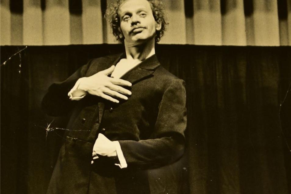 """Mit dem Stück """"Der Mantel"""" begann er Anfang der 1980er Jahre im Volkskunstpodium seine Theaterarbeit."""