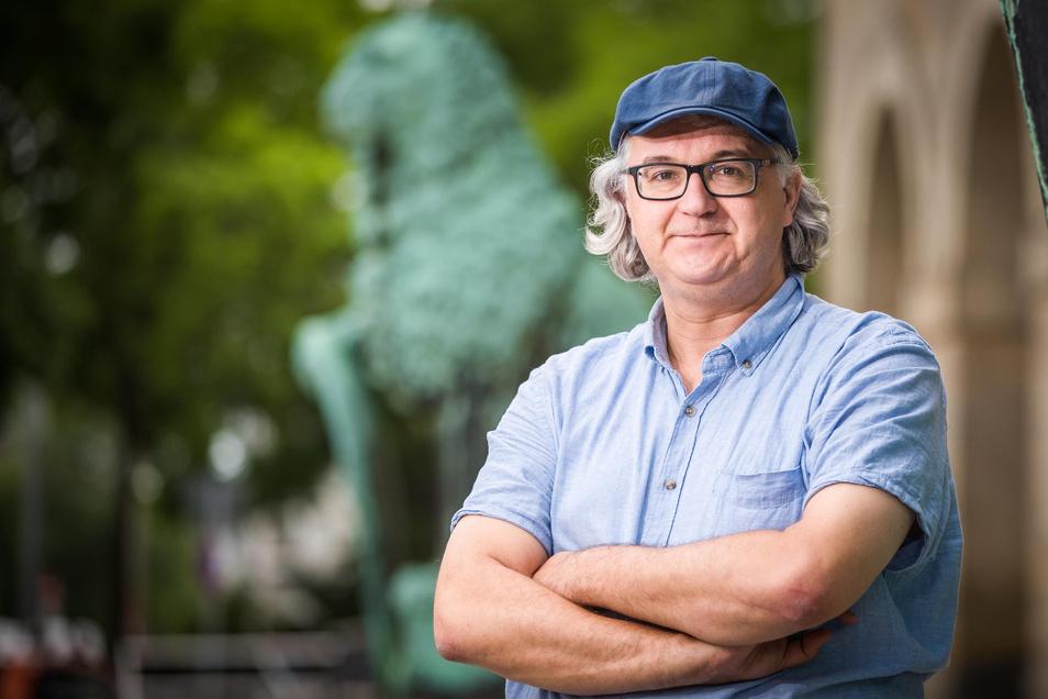 Tilo Kießling vor dem Rathaus. Seit 1996 ist er Stadtrat, ehrenamtlicher Politiker für Die Linke, damals PDS.