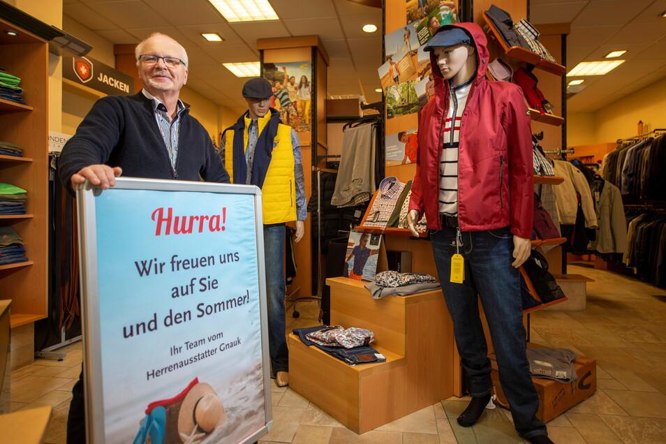 Eckhard Gnauk vom Herrenausstatter Gnauk in der Gartenstraße in Pirna begrüßt am Sonnabend seine Kunden.