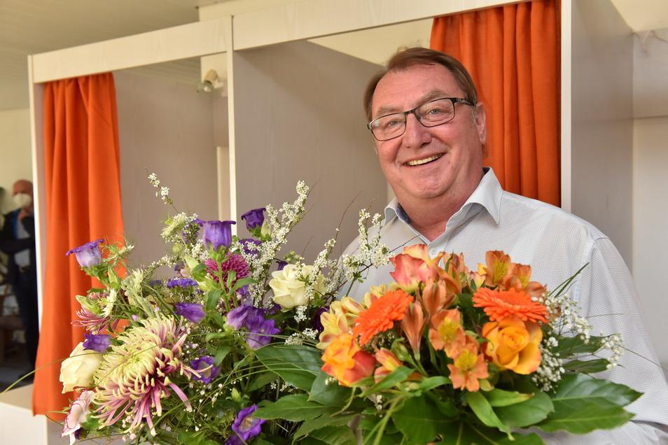 Erst gab es viele Stimmen, danach viele Blumen für den wiedergewählten Bürgermeister von Hermsdorf/Erzg., Andreas Liebscher.