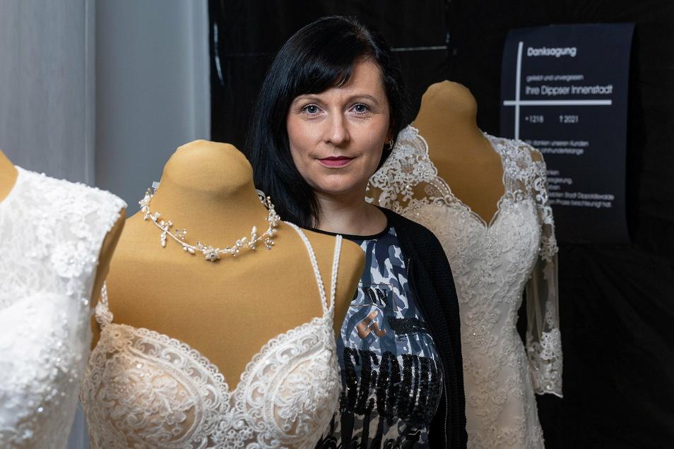 Freude und Trauer ganz eng beisammen. Andrea Seiler von Brautmoden Lotze verkauft eigentlich Kleider, um Bräute glücklich zu machen.