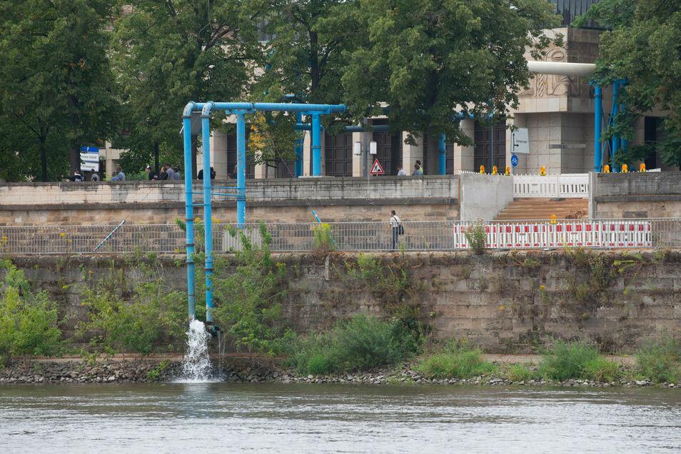 Durch diese blaue Leitung in Höhe der Semperoper fließt das Grundwasser in die Elbe.