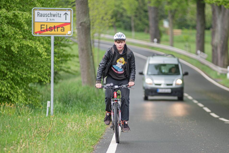 Sicher fährt es sich für Radler hier nicht: Lucas ist unterwegs von Rauschwitz nach Elstra. Autos kommen ihm beim Überholen recht nahe. Einen Radweg gibt es bisher nicht.