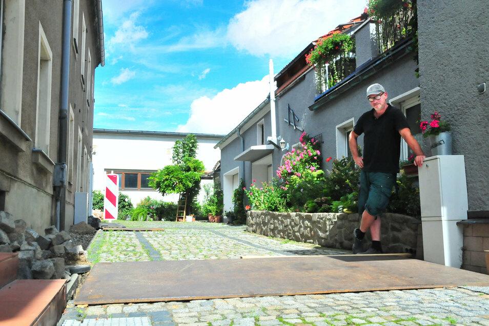 Michael Otto aus Großenhain ist mächtig sauer. Nach neun Wochen sind die Löcher auf seinem Grundstück - wegen der Verlegung von Gas-Hausanschlüssen - immer noch nicht zugeschüttet.