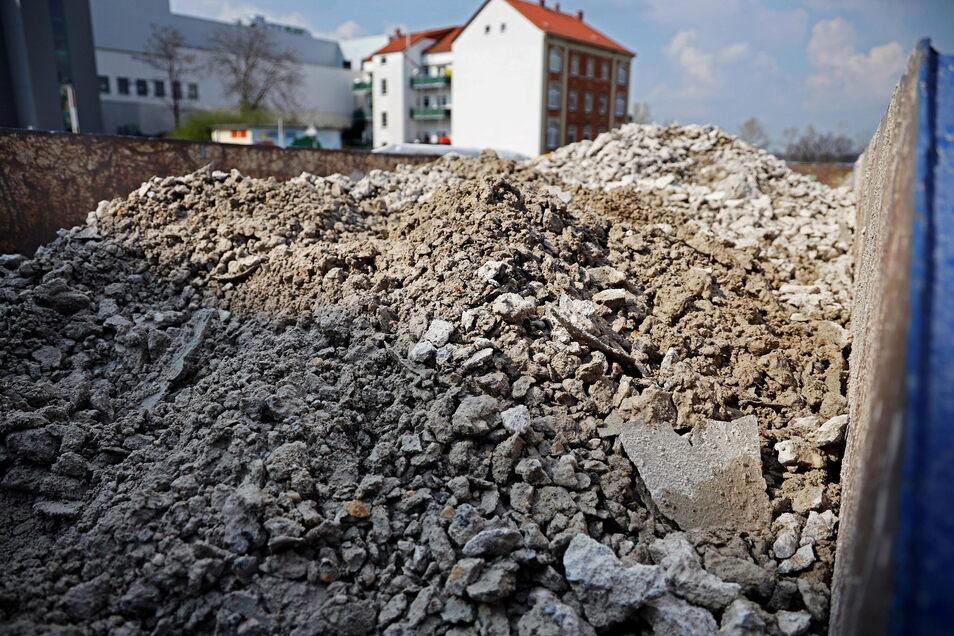 So sieht Beton aus, der mit Wasser zerkrümelt wurde - ein Blick in den Container vor der Tiefgarage.