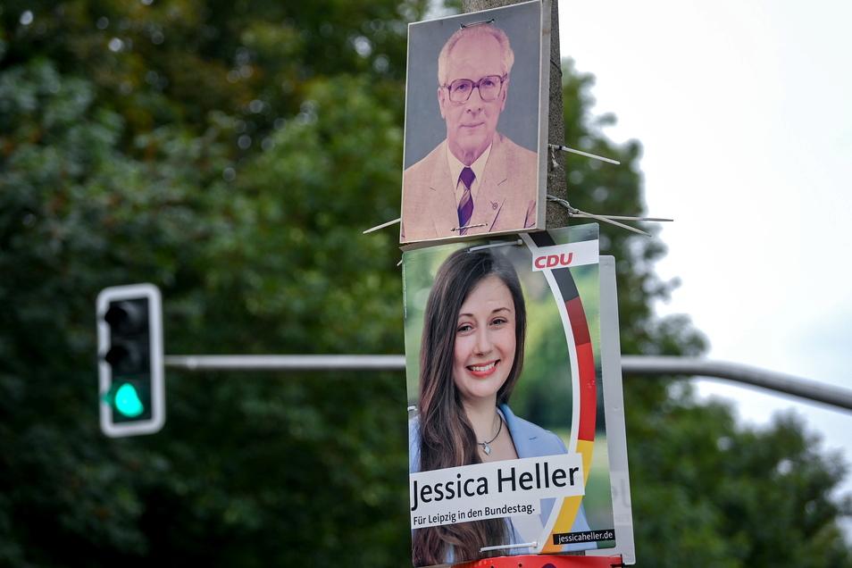 Das Porträt des früheren Staatsratsvorsitzenden und Generalsekretär des ZK der SED, Erich Honecker, hängt zwischen Wahlplakaten an einem Mast in Leipzig.