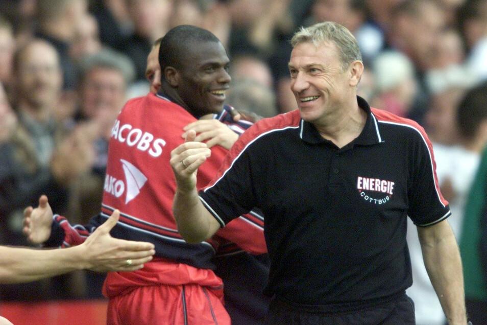 Schön war's: Im Jahr 2000 besiegte Energie unter Trainer Eduard Geyer die Bayern in der Bundesliga mit 1:0. .