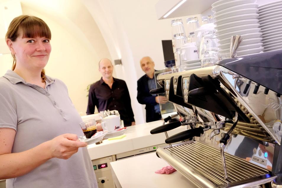 Die Kaffeemaschine läuft wieder: Michael Tegethoff (M.) und Isabel Keßler haben das Schlosscafé in der Albrechtsburg wiedereröffnet. Rechts im Bild: Schlossherr Uwe Michel.