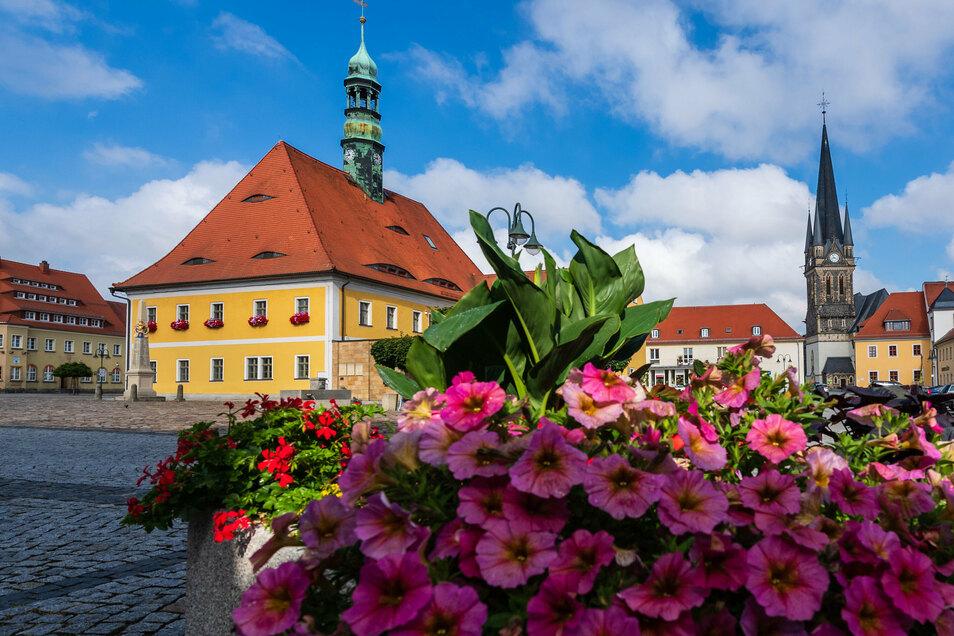 Am Rathaus in Neustadt beginnt die Tafelrunde. Eine Augenweide ist übrigens der Blumenschmuck rund um den Marktplatz.