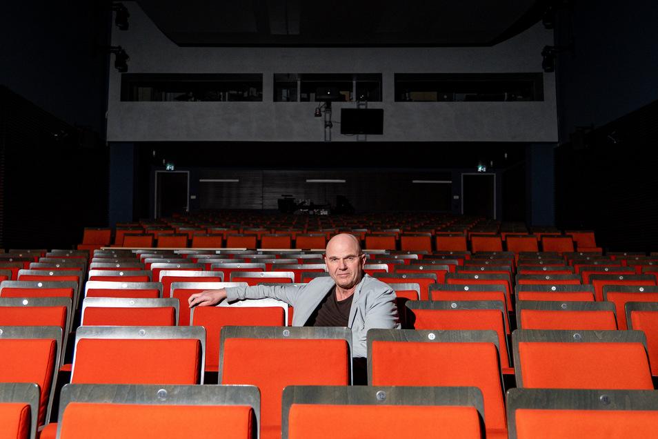 Manuel Schöbel im leeren Zuschauerraum der Landesbühnen