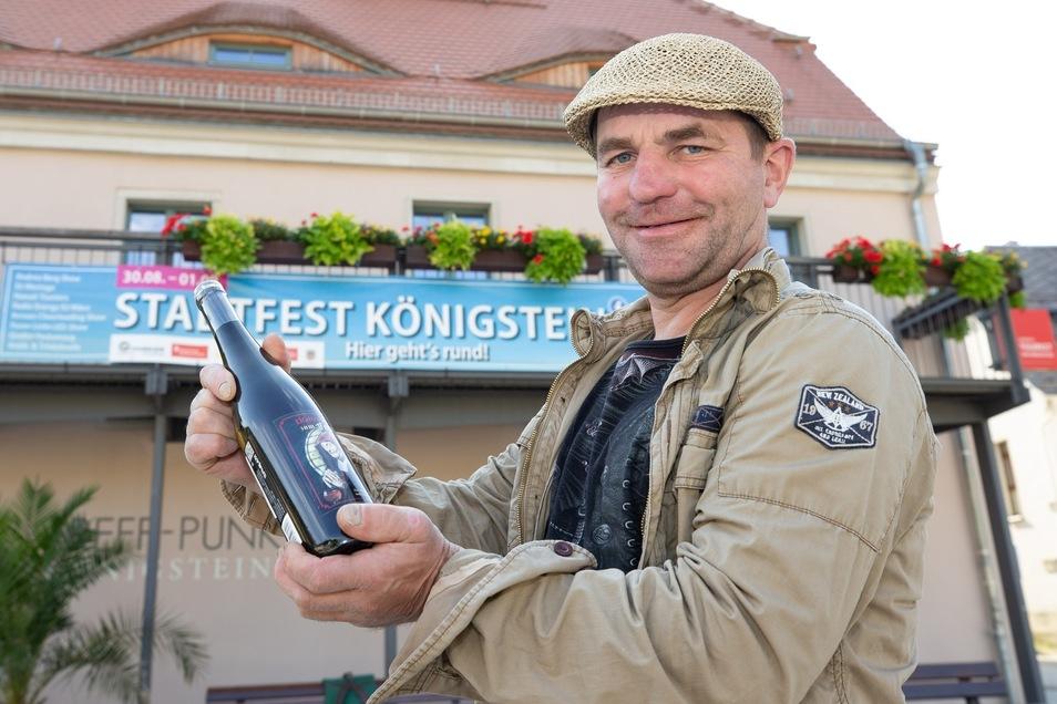 """Stadtschleicher Udo Kühn bringt zum Stadtfest in Königstein einen """"Festwein"""" heraus, der in Böhmen abgefüllt wird. Der gute Tropfen soll als Geschenk für die Festungsstadt werben."""