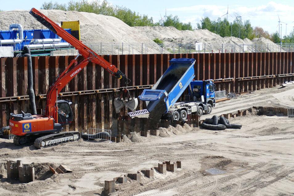 Verfüllung des ausgekofferten Geländes im Einzelspundkasten bis zu 14 Meter Tiefe mit unbelastetem/gereinigten Boden; hier im 2. Bauabschnitt des Areals Vorlagetanks.