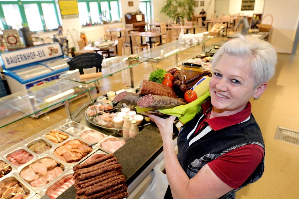 Astrid Junge verkauft die hausgemachten Fleisch- und Wurstwaren im Laden der Naturpark-Fleischerei Wagner in Mittelherwigsdorf.