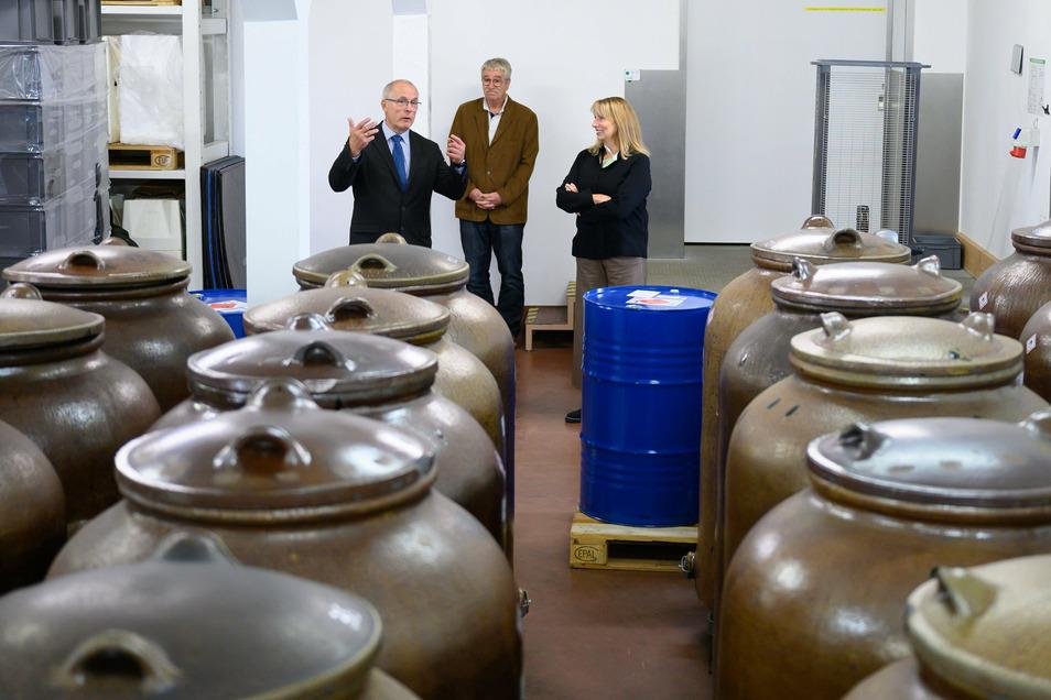Petra Köpping (SPD), Sozialministerin von Sachsen, informierte sich im Werk über die Produktion. In diesen Steinguttöpfen werden die Salbeiwurzeln eingelegt.