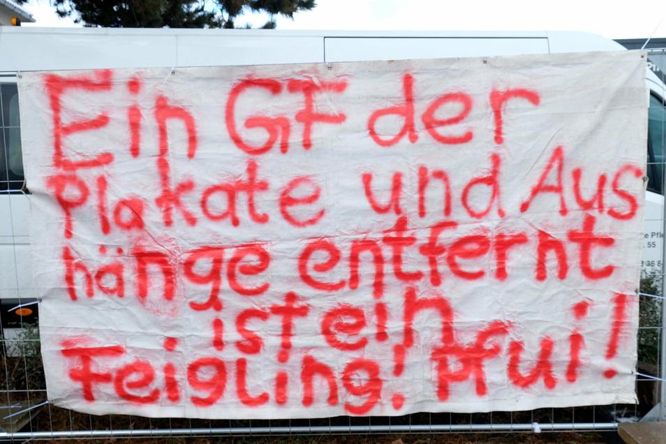 """Die Stimmung wird zunehmend gereizter. Zuvor hing an dieser Stelle ein Plakat der Gewerkschaft IG Metall, auf dem stand: """"11 Jahre ohne Lohnerhöhung im Kabelwerk sind genug!"""""""