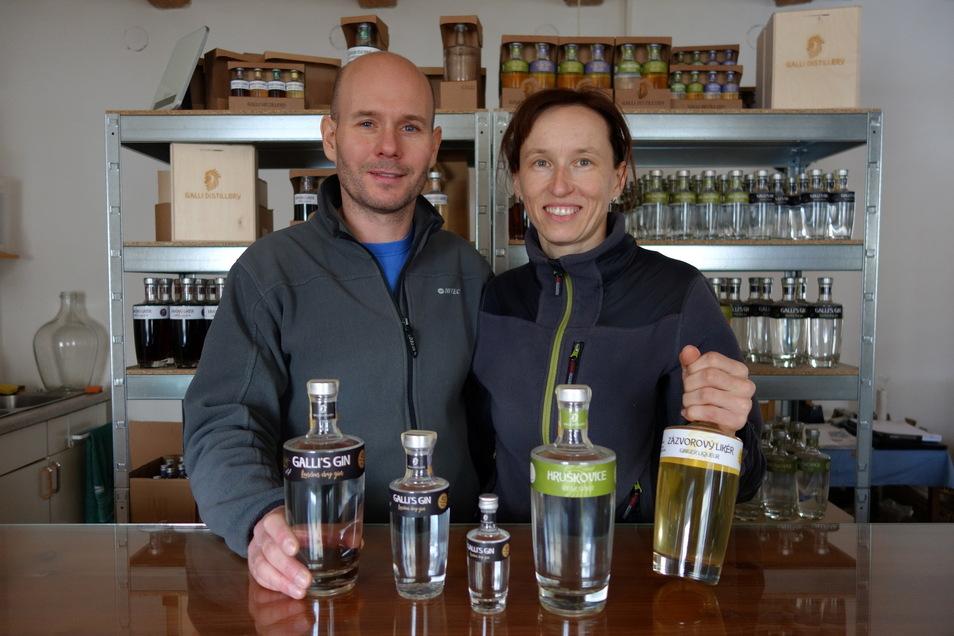 Edle Brände in exklusiven Flaschen. Radka Pifková und Zdenek Kohout brennen hochwertige Spirituosen nah an der Grenze zu Sachsen.
