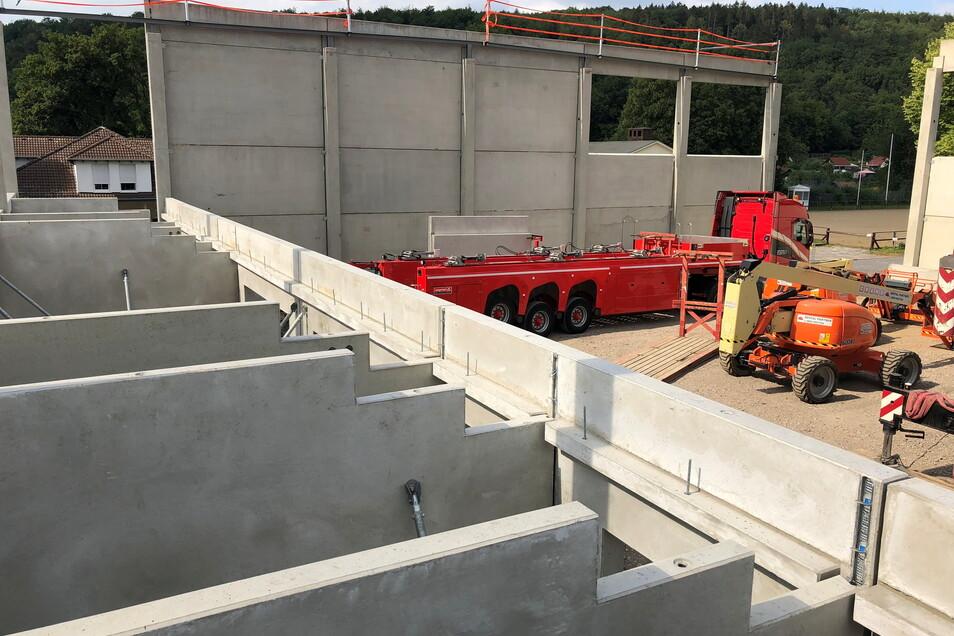 Fertigbetonteile werden ebenfalls von der Kodersdorfer Firma montiert. Ganz gleich, ob für eine Turnhalle (im Foto) oder Werkhallen oder für die Trinkwasserversorgung.