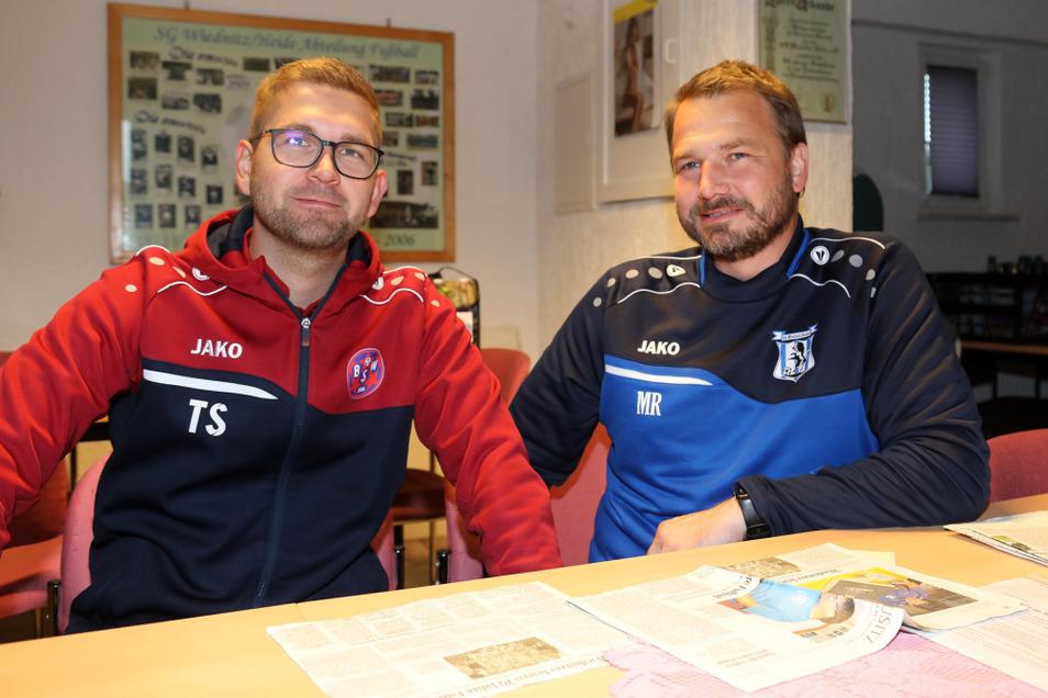 Nachwuchsleiter Tim Scharte (links) und Michael Rieger (rechts), der Vorsitzende der SG Wiednitz, laden ab heute zur 75-Jahr-Fußball-Feier ein.