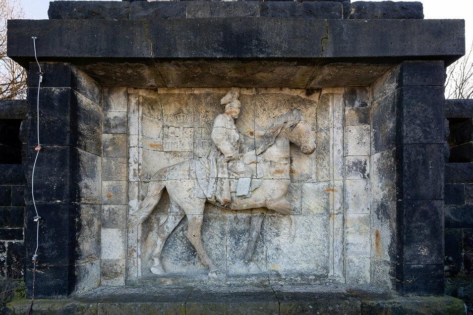 Das stark verwitterte Reiterrelief am König-Albert-Denkmal auf dem Windberg in Freital soll saniert werden.