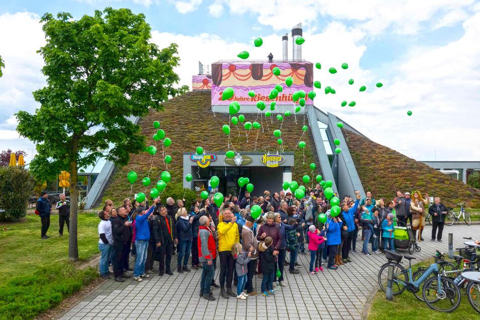 Auch der Riesaer Riese (2.v.r.) war dabei, als  am Sonntag am Riesenhügel die zahlreichen grünen Luftballons von den großen und kleinen Radlern in den Himmel flogen.