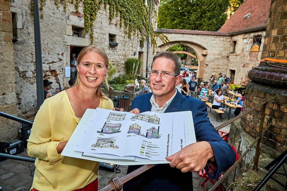 Vier Millionen Euro wollen Freistaat und Bund in den Malerwinkel in Königstein investieren. Andrea Hoppe vom Verein Malerwinkel und Projektplaner Jörg Richter haben mit dem Gebäudekomplex viel vor.