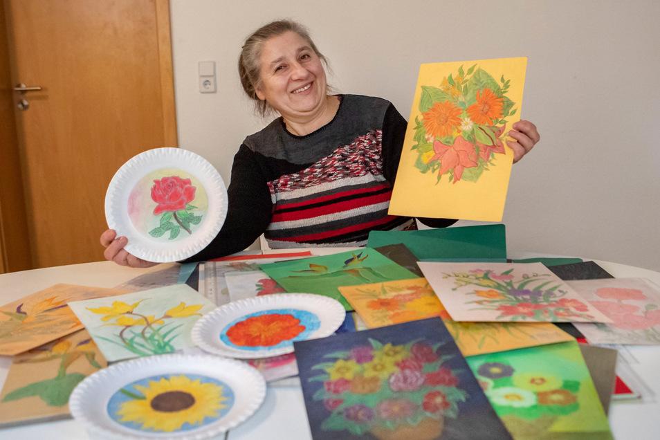 Hunderte von Blumenbildern hat Vesna Horvat in ihrer Riesaer Wohnung schon gemalt.