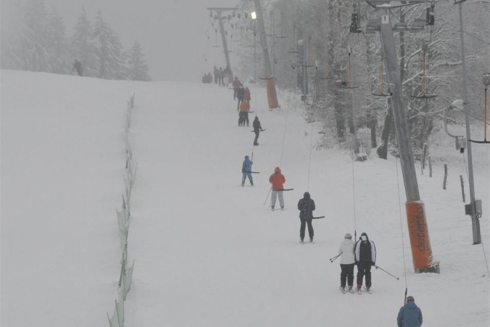 Voll besetzt ist der Skilift in Rugiswalde – nicht nur am Wochenende.