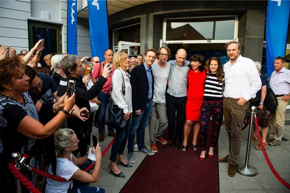 Exklusiv für die Görlitzer Fans und drei Tage vor der TV-Premiere am Donnerstag präsentierte der MDR nicht nur den Film, sondern hatte auch die vier Hauptdarsteller Götz Schubert (Butsch), Yvonne Catterfeld (Viola Delbrück), Jan Dose (Jakob Böhme) und Stephan Grossmann (Dr. Grimm, der neue Revierleiter) sowie viele Mitglieder des Teams eingeladen, die zurzeit ja in Görlitz den fünften Teil drehen.