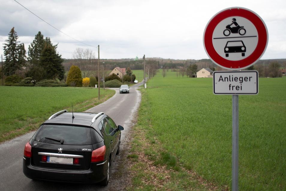 Eine schmale Straße in Kamenz wurde immer stärker von Autofahrern genutzt, die gar nicht dort wohnen. Jetzt verbieten Schilder den Durchgangsverkehr.