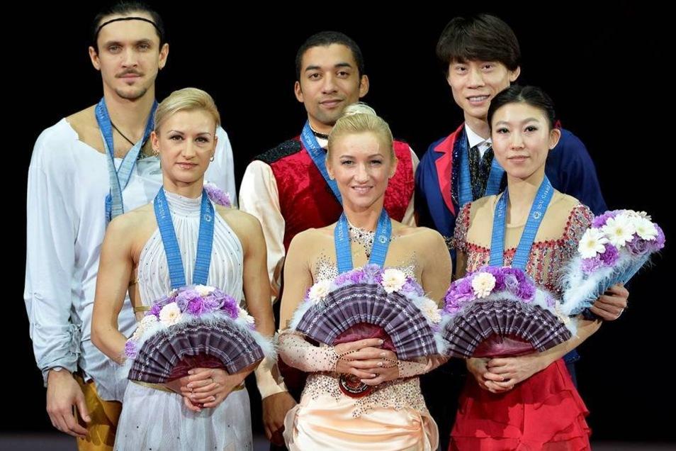 Die Sachsen verwiesen die haushohen Favoriten Tatjana Wolossoschar und Maxim Trankow aus Russland (l) und Qing Pang und Jian Tong aus China (r) auf die Plätze zwei und drei.