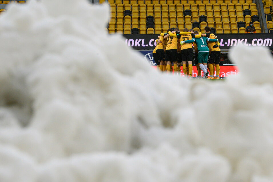 Der Schnee liegt noch im Rudolf-Harbig-Stadion. Doch es kann gespielt werden. Nach einer halben Stunde steht es zwischen Dynamo und Lautern 1:1.
