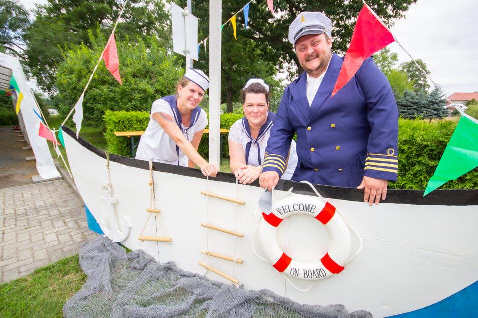 """Bereit, um in See zu stechen, ähm die Jubiläumsfeier des ASB-Pflegeheimes """"Am Schmelzteich"""" zu starten: Jens Pichel als Kapitän der """"Matrosen vom Schmelzteich""""."""