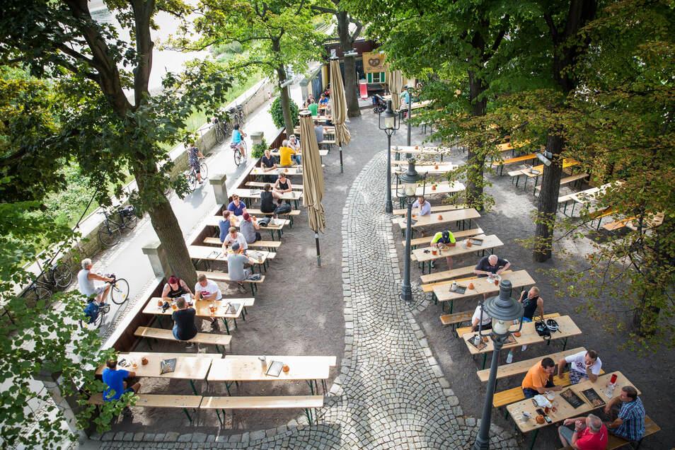 In Pieschen kann man im Ball- und Brauhaus Watzke ein kühles Bier genießen.
