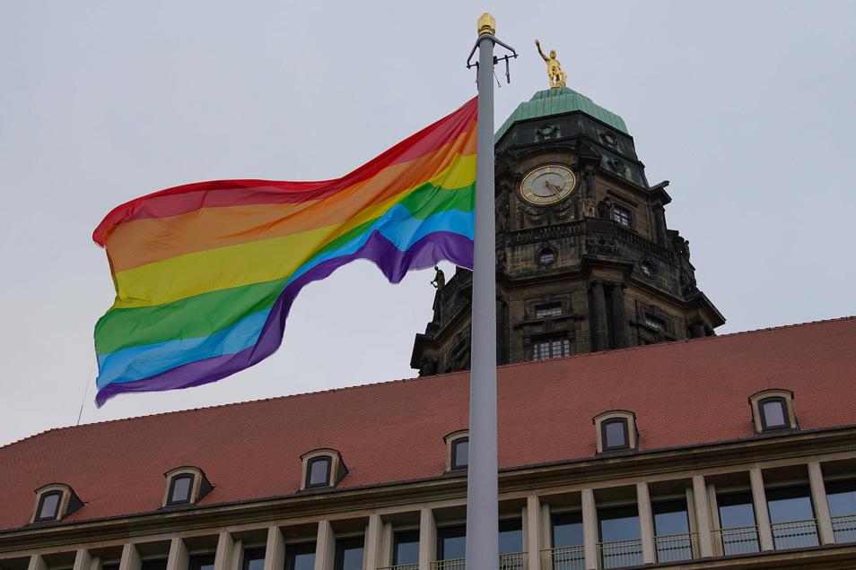Die Regenbogenflagge weht seit Sonnabendmittag vor dem Dresdner Rathaus. Bis dahin war es ein langer Weg.