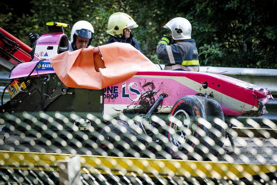 Das Wrack des Rennwagens von Anthoine Hubert nach dem dramatischen Unfall.n Piloten gab es zunächst nicht. Foto: Remko De Waal/ANP/dpa +++ dpa-Bildfunk +++