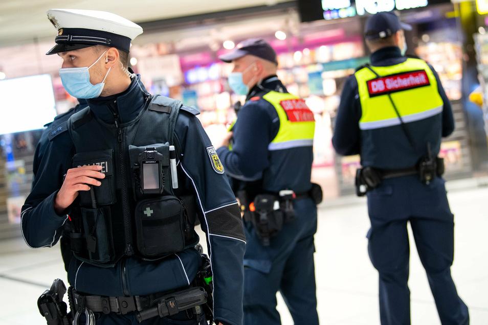 Mitarbeiter der DB Sicherheit sollen gemeinsam mit Bundespolizisten die Maskenpflicht kontrollieren.
