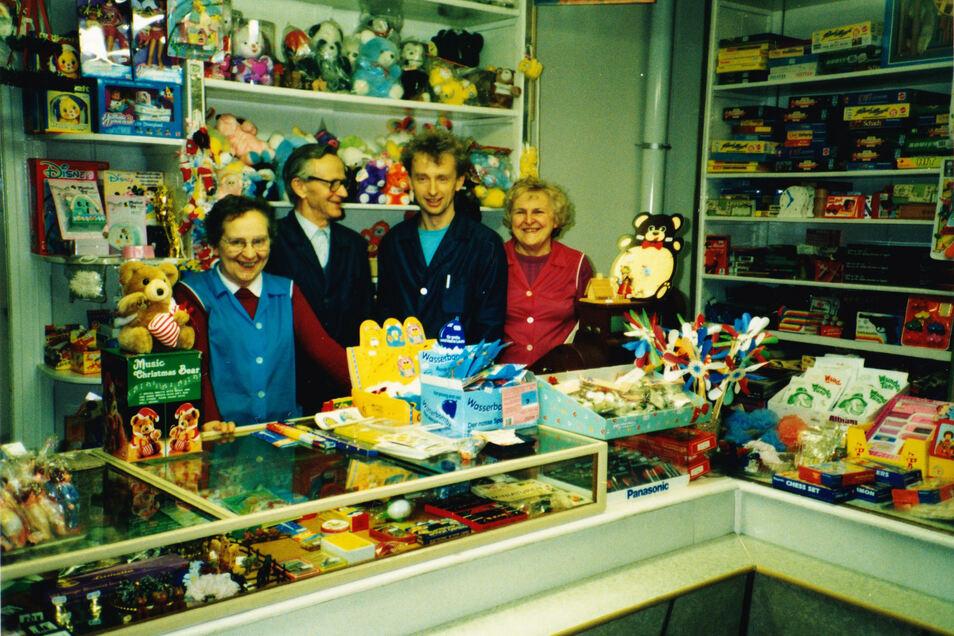 Familienbild von 1990 im Laden: Annelies Neumann (geb. Langenfeld), Gottfried Langenfeld, Matthias Langenfeld, Marianne Langenfeld.