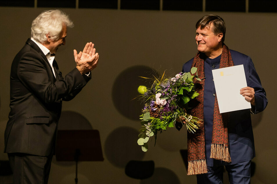 So war es im Oktober 2020: Blumen vom Hochschulrektor Axel Köhler für den neuen Honorarprofessor Christian Thielemann.