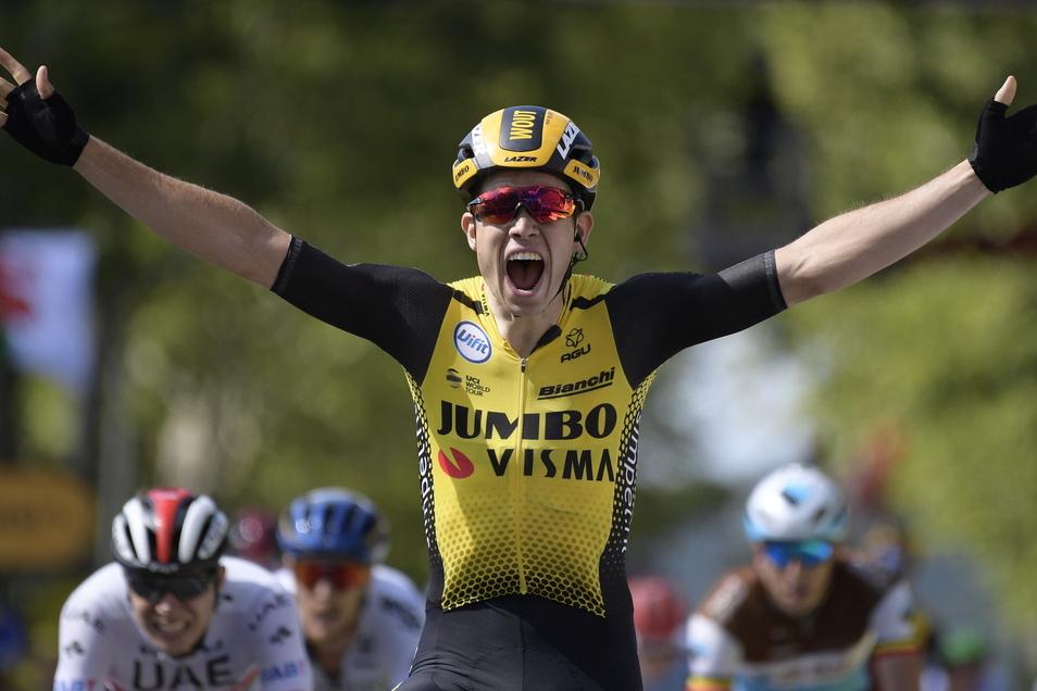 Wout Van Aert aus Belgien vom Team Jumbo-Visma überquert nach der 10. Etappe jubelnd als Erster die Ziellinie.